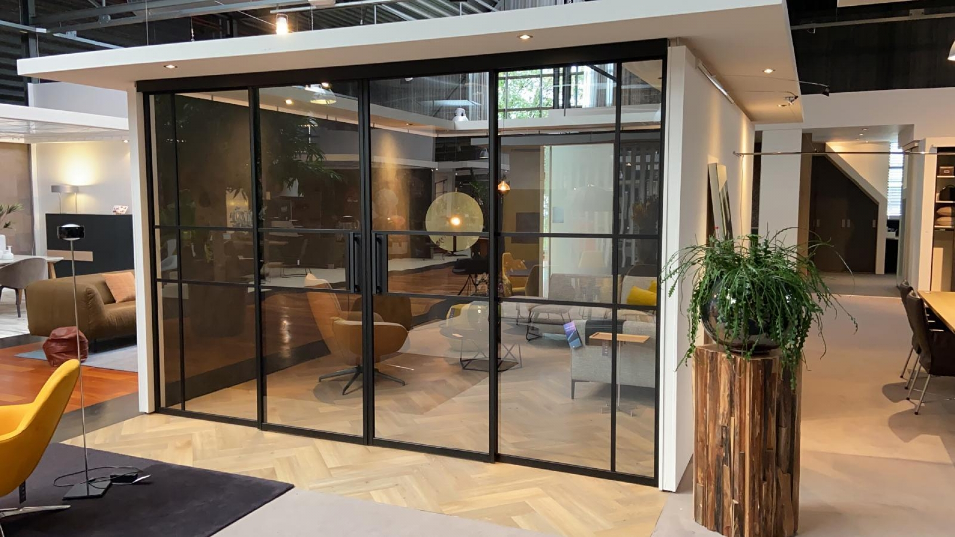 Van der Linde Interieur Showroom Grand Steel Doors aluminium deuren
